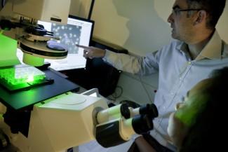 Reportage au sein du laboratoire I-Stem, laboratoire de recherche et de développement dédié aux cellules souches pluripotentes humaines